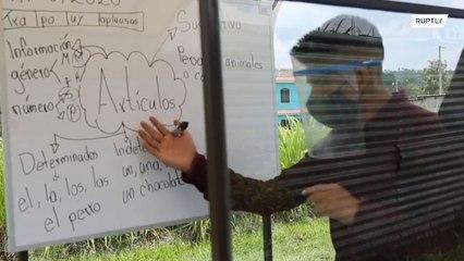 Professor da Guatemala dá aula em uma bicicleta durante o isolamento