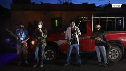 Civis armados patrulham ruas para aplicar as medidas contra o COVID-19 na Guatemala
