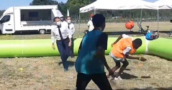 Emmanuel Macron tire sur un jeune lors d'un entraînement de foot à Chambord