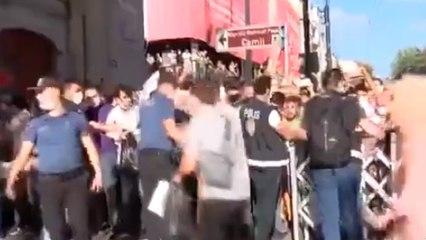 Ayasofya bugün ibadete açılıyor... Polis barikatını aşıp koşmaya başladılar