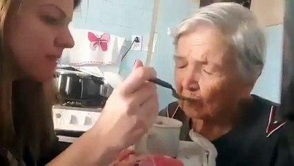 Bu tatlı kadın Alzheimer ve kızı onu besliyor. Bir an kızına bakıp, onu hatırlayıp onu sevdiğini söylüyor.