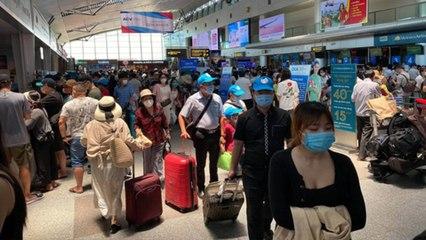 Hàng không hỗ trợ hành khách hoàn, đổi vé thế nào? | VTC