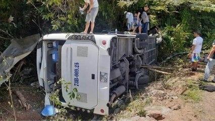 Quảng Bình: Lật xe chở đoàn đi họp lớp | VTC