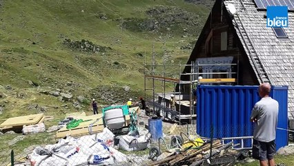 Le refuge d'Ayous installe des toilettes sèches grâce à un hélicoptère