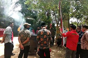 Praktek pembuatan cuka kayu di Desa Bram Itam Kanan