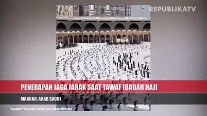 Ratusan Jamaah haji bertawaf mengelilingi Ka'bah dengan menjaga jarak sosial  di Masjidil Haram di kota suci Muslim Mekah, Arab Saudi, Rabu (29/7/2020).