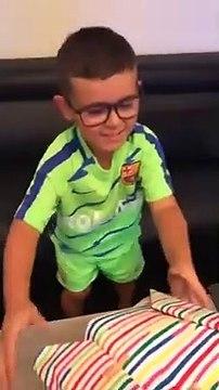 Un jeune fan de l'OM fond en larmes quand on lui offre un maillot du PSG