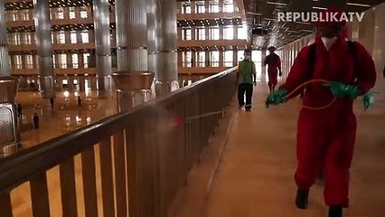 Penyemprotan disinfektan di Masjid Istiqlal, Jakarta