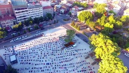 Seccadesini Alan Bayram Namazı İçin Zafer Kent Meydanı'na Koştu