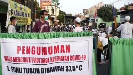 Sholat Idul Adha di Jalan Pramuka, Kawasan Pasar Genjing, Jakarta Pusat.