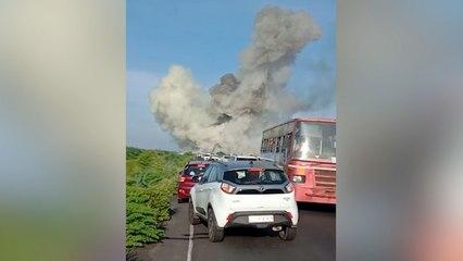 Explosion mitten auf der Landstraße: Lastwagen mit Gasbehältern in Indien verunglückt