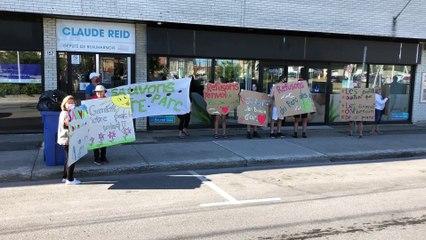 Manifestation du comité Refusons l'envol du parc des Mouettes devant les bureaux du député Claude Reid