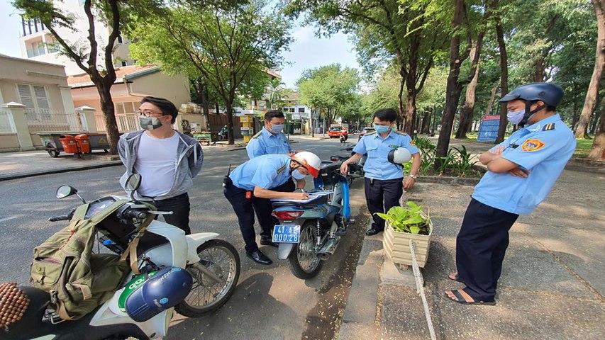 TP.HCM: Né tránh đeo khẩu trang nhiều người bị phạt | VTC | Godialy.com