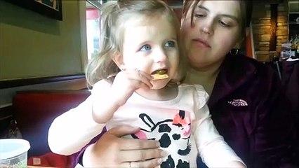 Cette fillette goute un piment, mauvaise idée !