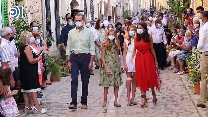 Calurosa acogida a la Familia Real durante su paseo por el pueblo mallorquín de Petra