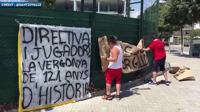 La colère des socios du Barça devant le centre d'entraînement