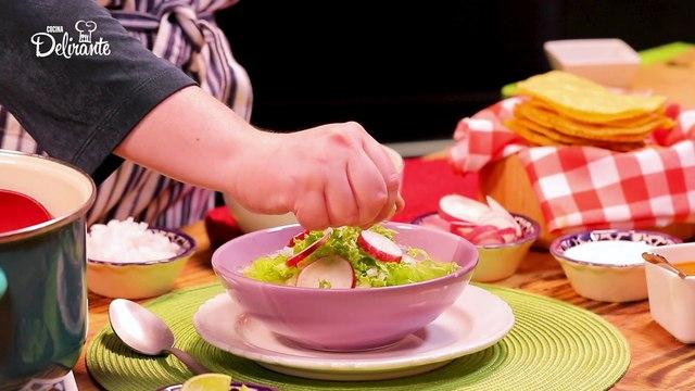 Pozole blanco con salsa de chile de árbol