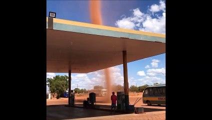 Une impressionnante tornade de poussière frôle une station essence