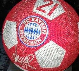 Bayern : Un ballon cristaux swarovski pour Lucas Hernandez
