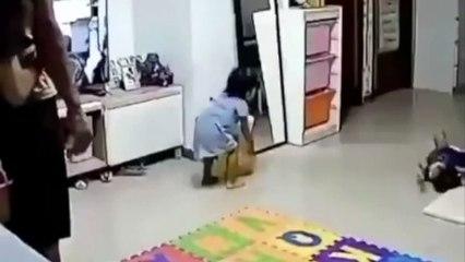 Pai com reflexos ninja evita que espelho caia sobre a filha bebé