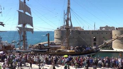 Puglia: lo spettacolo dell'Amerigo Vespucci nel porto di Taranto - il video con le immagini aeree