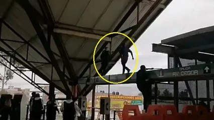 Policías evitan que hombre se arrojara del techo en Metro Ciudad Azteca