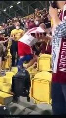Il calciatore sale in tribuna e aggredisce il tifoso di casa