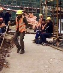 Danse d'un ouvrier de chantier durant la pause