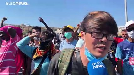 Lesbo, la protesta dei migranti di Moria: chiedono di lasciare l'isola