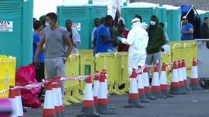 Visitan a los inmigrantes ilegales en el muelle de Arguineguín, en Gran Canaria