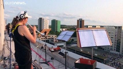 برگزاری کنسرت موسیقی در آلمان روی پشت بام برای رعایت فاصلهگذاری اجتماعی