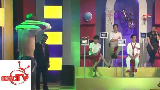 Thanh niên cứng không tay cởi áo không biết ngại trên sân khấu