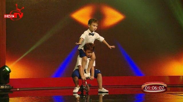 Những màn trình diễn xuất sắc nhất của hai thần đồng xiếc 4 tuổi Minh Quang Minh Nhật.