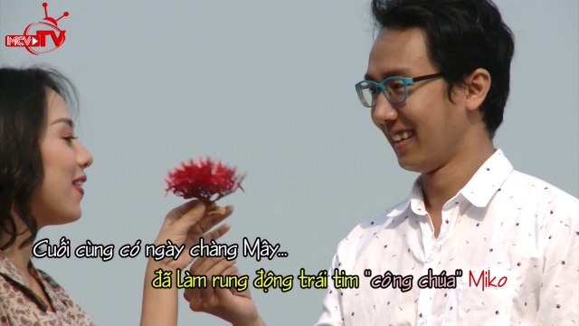 """Miko Lan Trinh hạnh phúc khi bất ngờ được """"bạn trai tin đồn"""" tặng hoa hồng."""