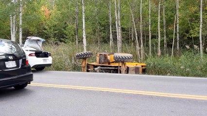 Tracteur renversé (Le Reflet - Érick Rivest)