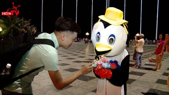 Xuân Nghị hào hứng khi lần đầu tiên lang thang đi chơi đêm tại Vũng Tàu.
