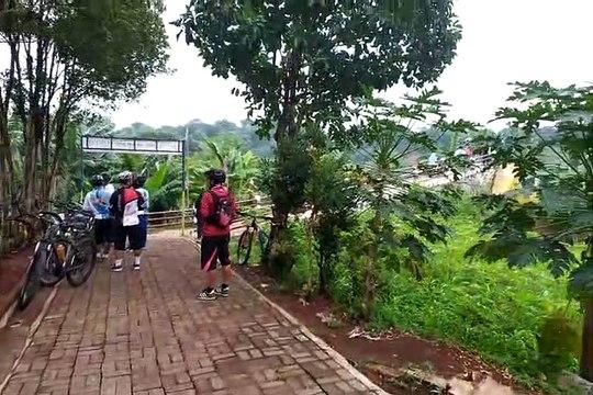 Aktivitas Pesepeda di Area Jembatan Gantung Curug di Depok