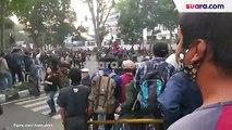 Tolak UU Cipta Kerja, Ribuan Mahasiswa Terlibat Bentrok dengan Polisi di Gedung DPRD Jawa Barat