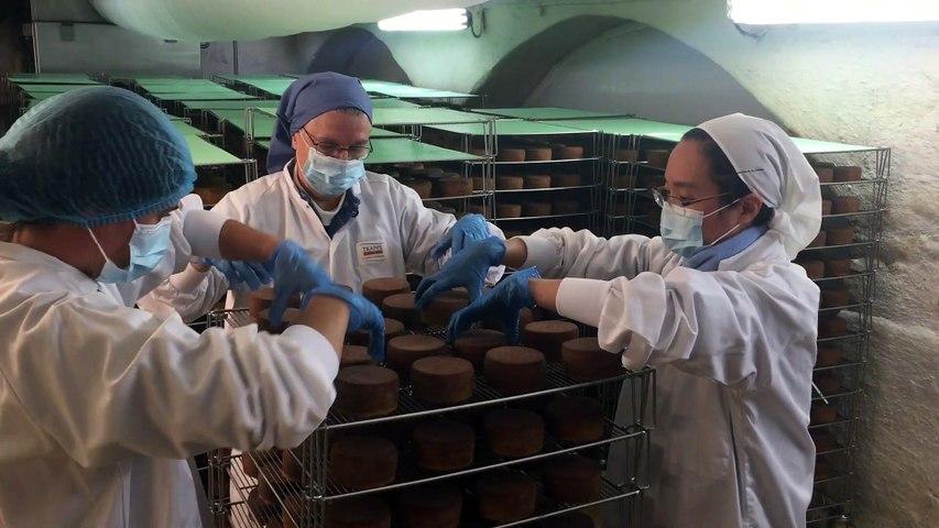 Les sœurs de l'abbaye d'Échourgnac procèdent au retournement du fromage de Trappe