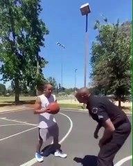 Un jeune basketteur défie un policier beaucoup trop chaud !
