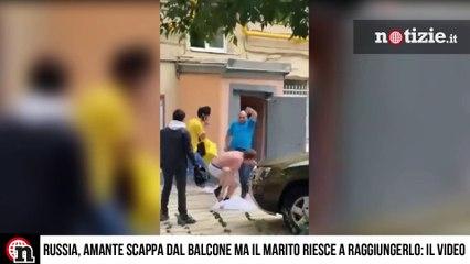 Russia, amante scappa dal balcone ma il marito riesce a raggiungerlo: il video