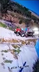 Ce conducteur de tracteur provoque un accident mais c'était son jour de chance !