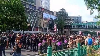 泰数百示威者无视禁令 聚集曼谷商业区