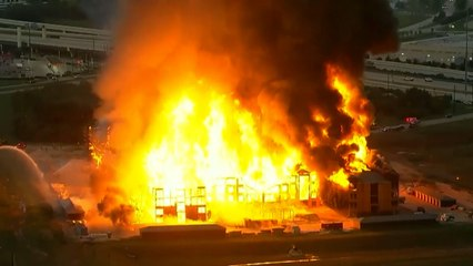 Large fire engulfs apartment blocks in Texas