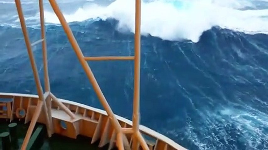 Ces vagues hors mesure percutent une plateforme pétrolière