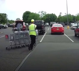 Un employé de supermarché doit ranger des caddies mais ce n'est pas son jour