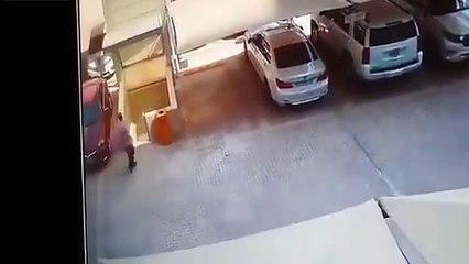 Un homme a la chance de sa vie au moment de l'effondrement d'un parking (Arabie saoudite)