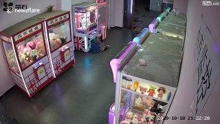 Une fillette se retrouve coincée dans une machine à pince