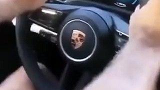 Il essaie sa nouvelle Porsche Taycan et rate son premier virage