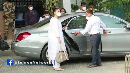 Pregnant Kareena Kapoor Glows In A White Kurta At Airport